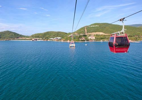 Hệ thống cáp treo vượt biển của Vinpearl qua đảo Hòn Tre.